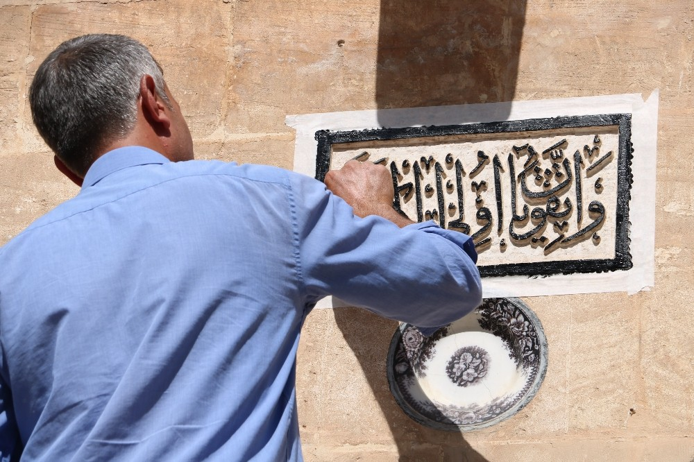 Balıklıgöl'ün kaybolmaya yüz tutmuş tarihi kitabeleri onarılıyor