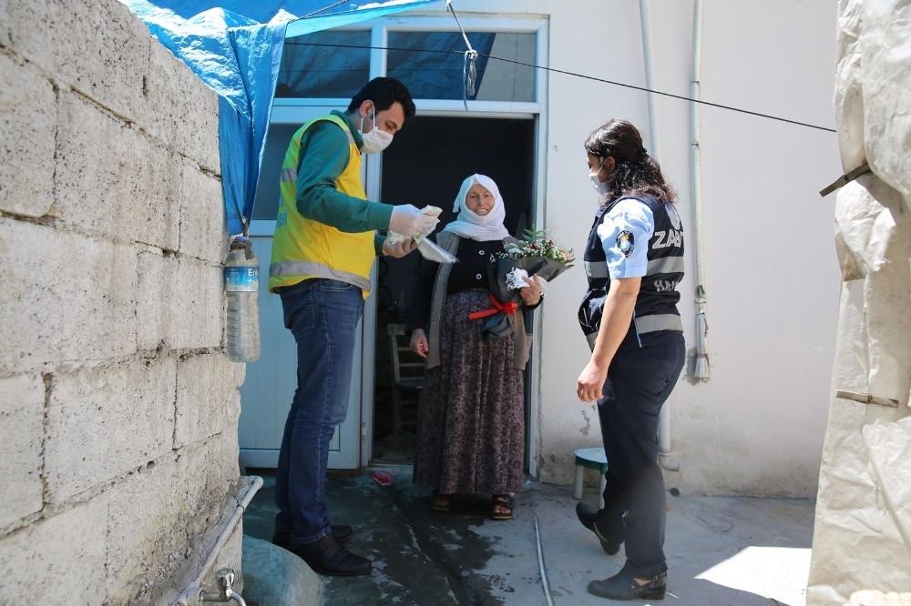Sokağa çıkan annelere gül ve karanfil hediye edildi