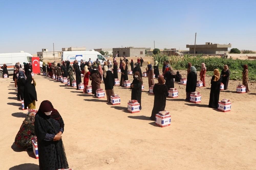 Barış Pınarı bölgesine insani yardım sürüyor