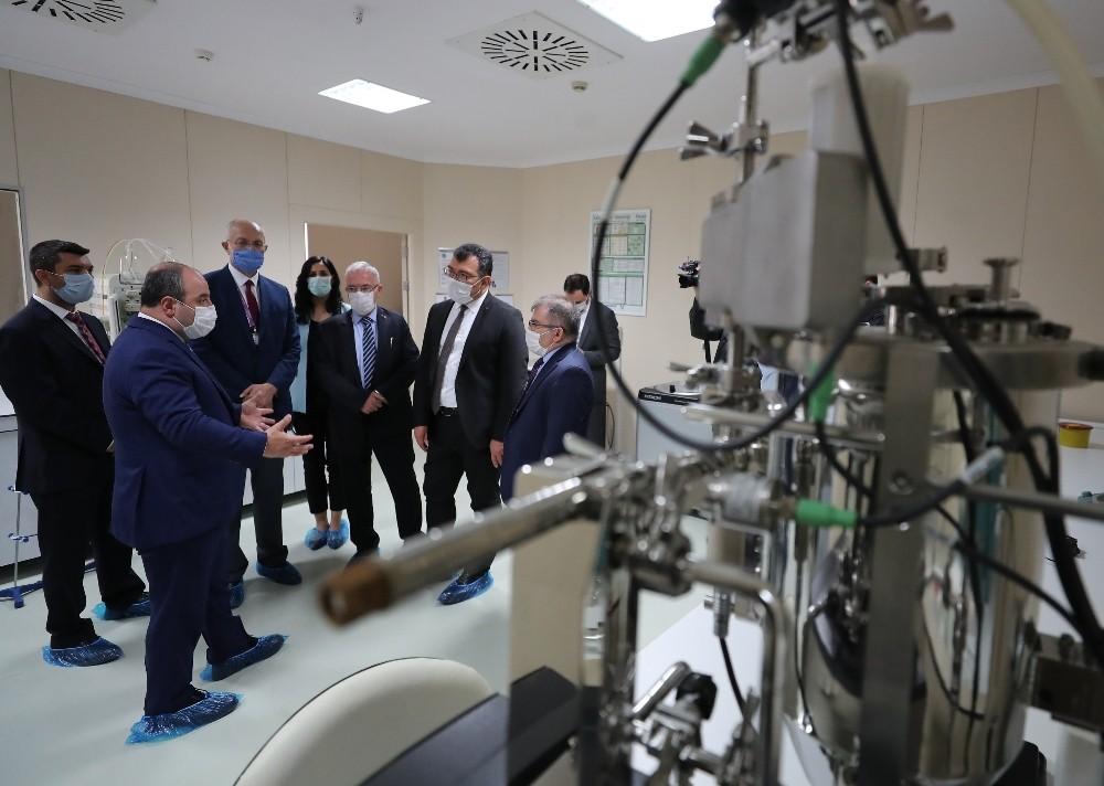 Sanayi ve Teknoloji Bakanı Mustafa Varank, aşı enstitüsünü ziyaret ederek çalışmaları inceledi.