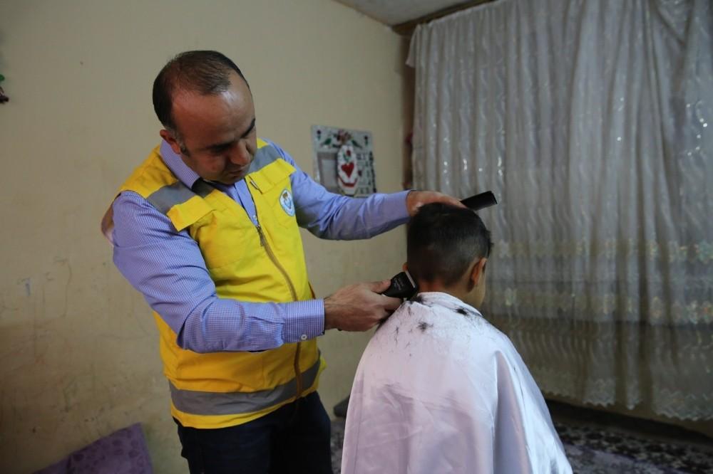 Yetim çocuklar ücretsiz tıraş ediliyor