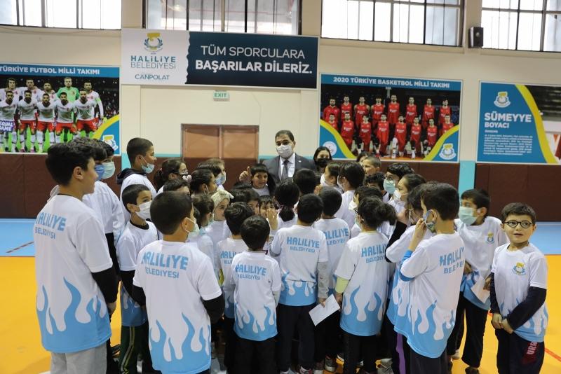 BAŞKAN CANPOLAT'TAN 80 OKULA SPOR MALZEMESİ DESTEĞİ