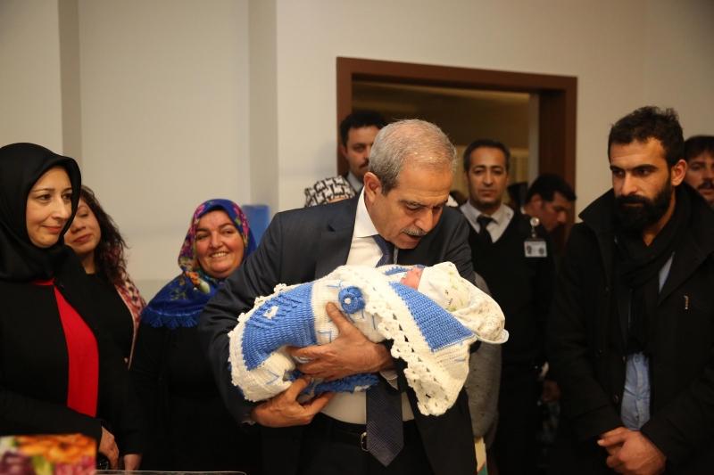 """Başkan Demirkol Yeni Yılın İlk Bebeğine """"Hoş Geldin"""" Dedi"""