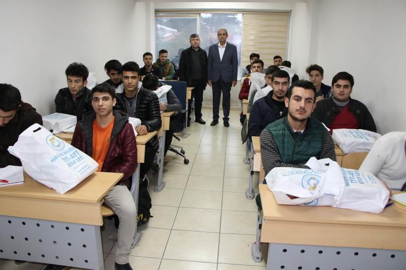 Başkan Demirkol'dan Üniversiteye Hazırlanan Öğrencilere Eğitim Seti