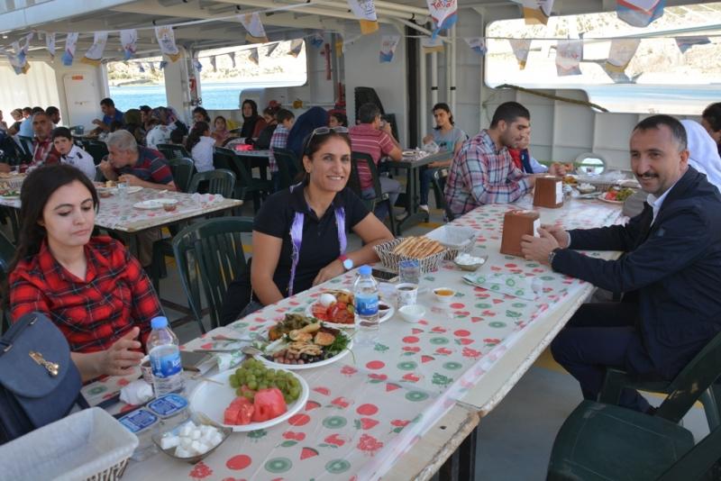 Başkan Yılmaz, belediye çalışanlarıyla Takoran'ı gezdi