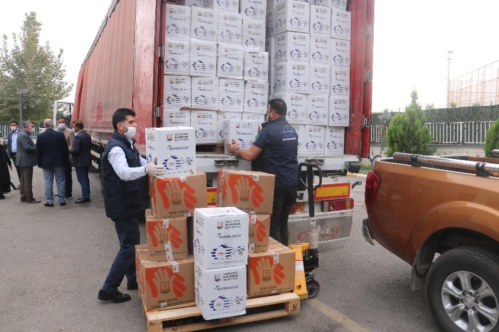 Şanlıurfa'dan İzmir'e gıda ve battaniye yüklü tır yola çıktı