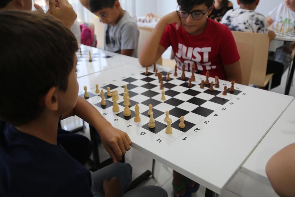 Gençler satranç öğreniyor