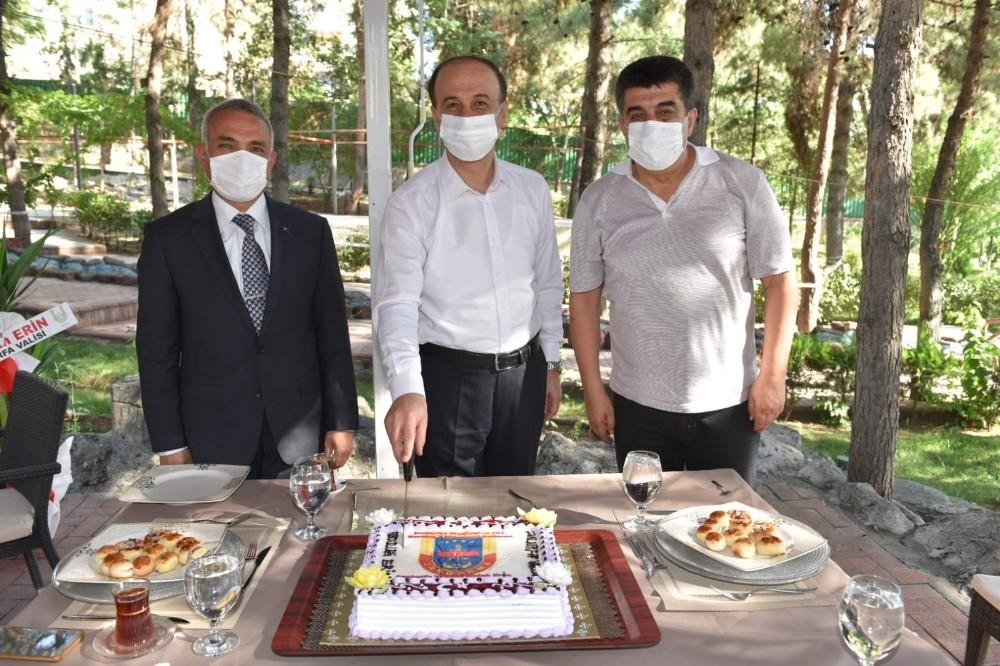 Vali Erin jandarmayı pasta keserek kutladı
