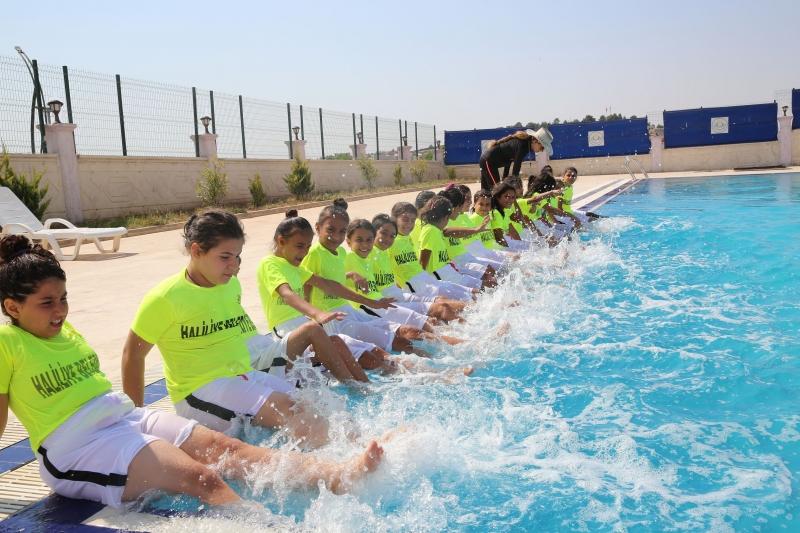 Çocuklar Yüzmeyi Haliliye Belediyesi İle Öğreniyor