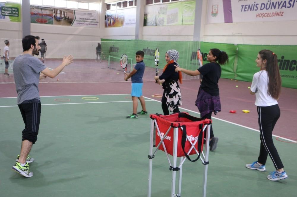 Büyükşehir geleceğin tenis şampiyonlarını yetiştiriyor