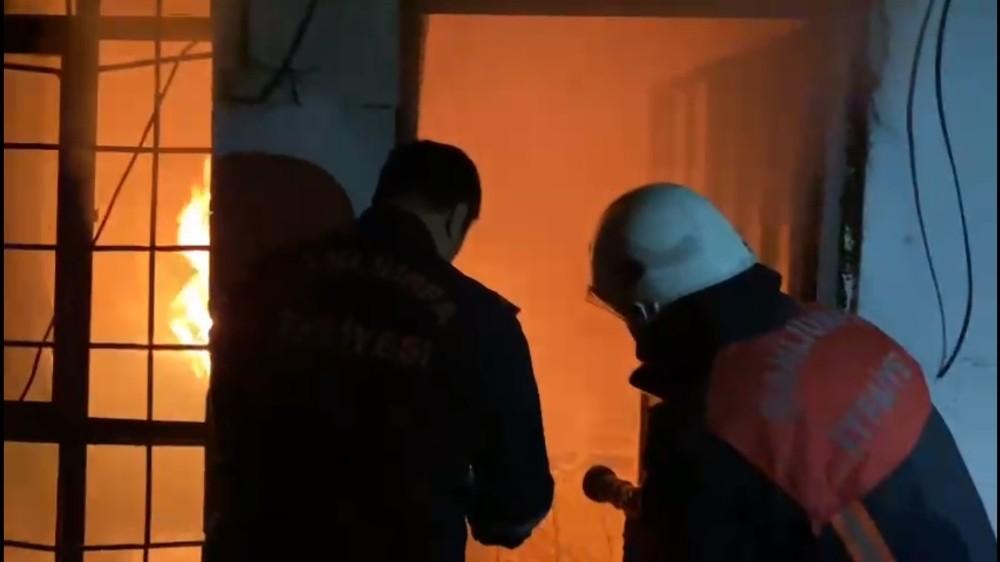 Ev yangınında 2 kişi dumandan etkilendi