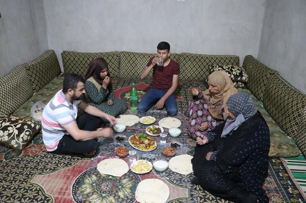 Türkiye'nin yardımları Suriye'deki iftar sofralarına gidiyor