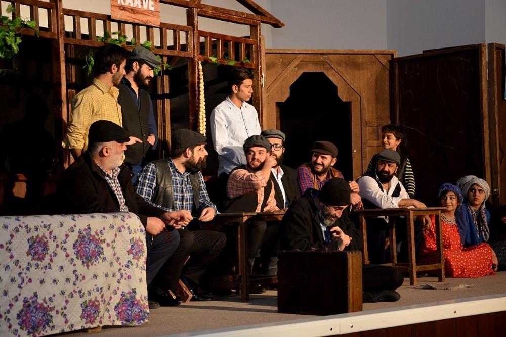 Ceylanpınar'da Tiyatro oyununa ilgi ile izleniyor