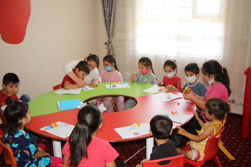 Haliliye'de kadınlar okuma öğreniyor, çocukları kreşte eğitim alıyor