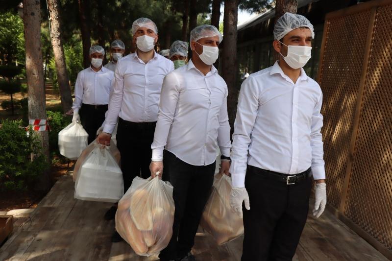 Pandemide dışarı çıkamayan yaşlıların tüm ihtiyaçlarını belediye karşılıyor