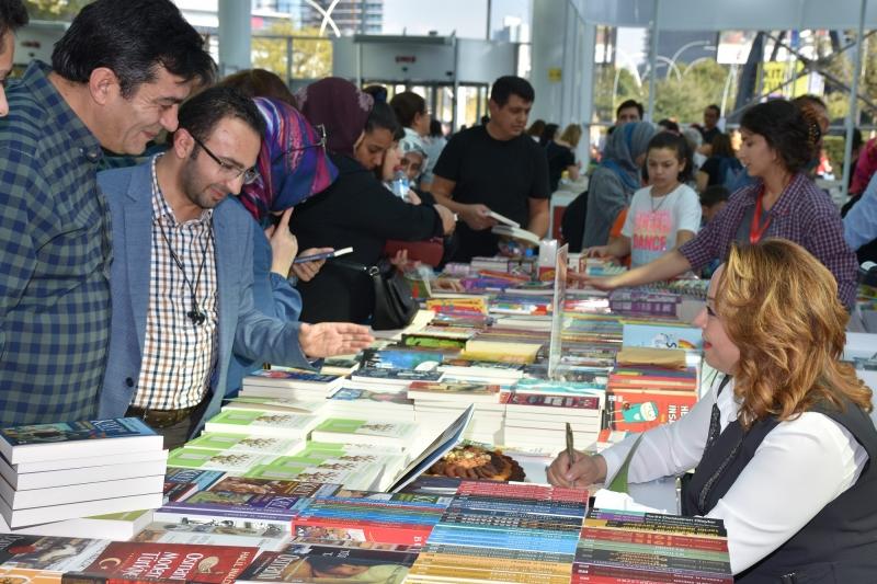Rektör Karabulut, Ankara Kitap Fuarında İmza Gününe katıldı.
