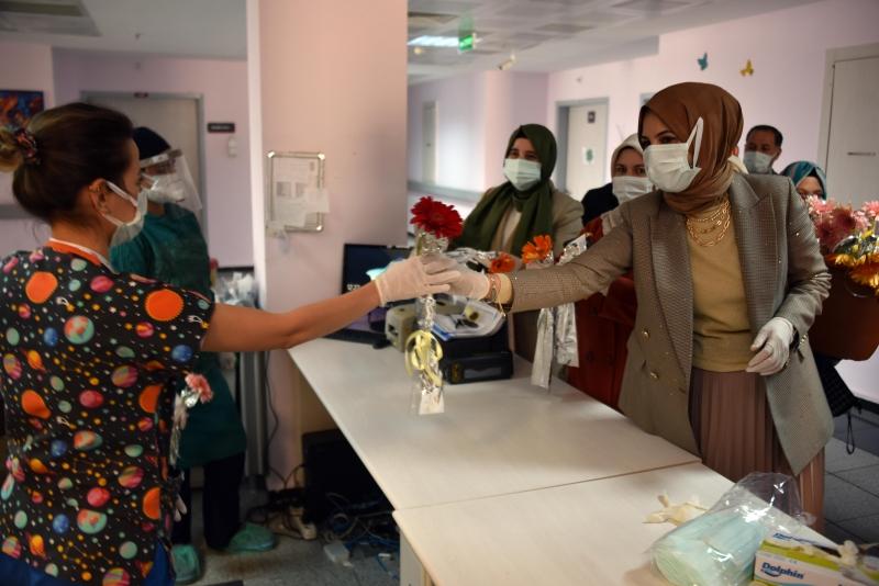 Sağlık çalışanlarını ziyaret ederek karanfil dağıttı