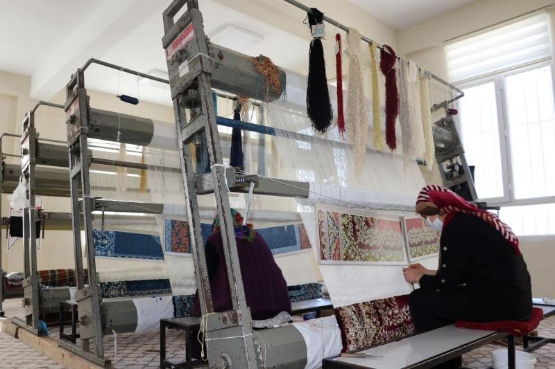 Şanlıurfa'da kadınlar halı dokuyarak üretime katkı sağlıyor