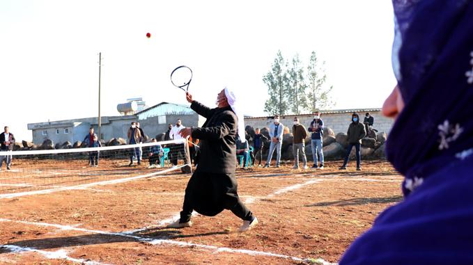 Yöresel kıyafetlerle tenis maçı