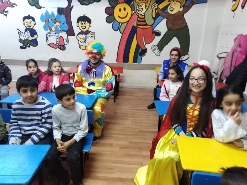 Gençlik merkezi gönülluleri tarafından öğrencilere palyaço etkinligi,
