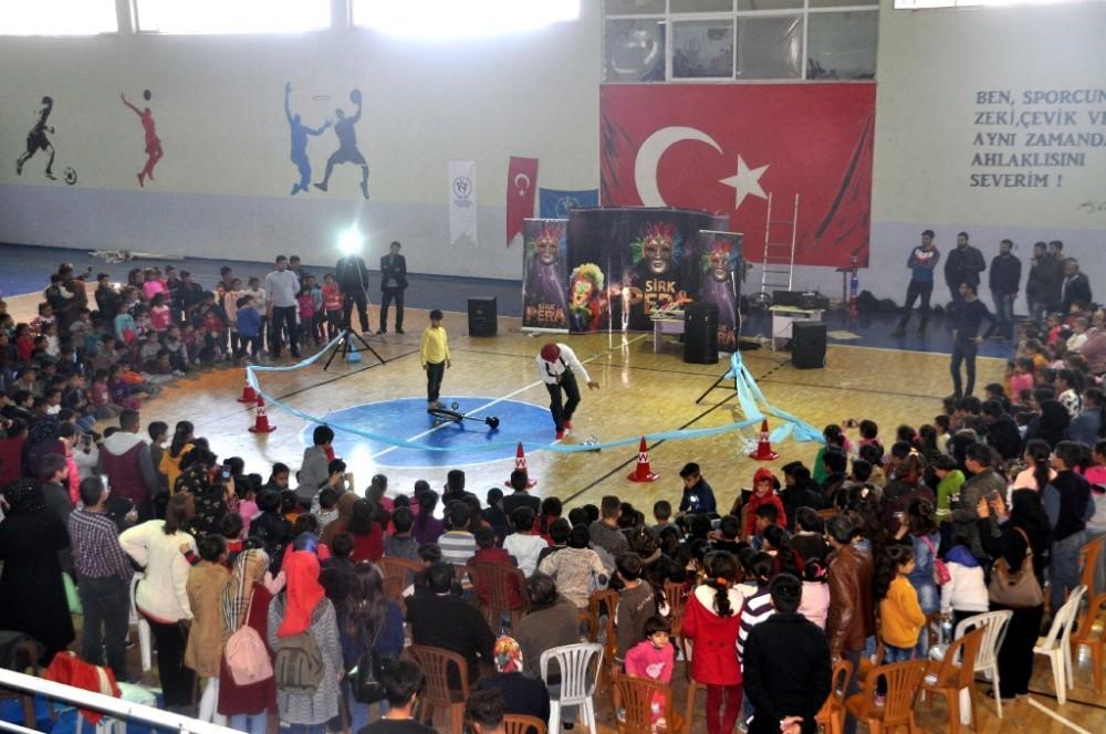 Akçakale'de ilk defa düzenlenen sirk gösterisine çocuklardan yoğun ilgi