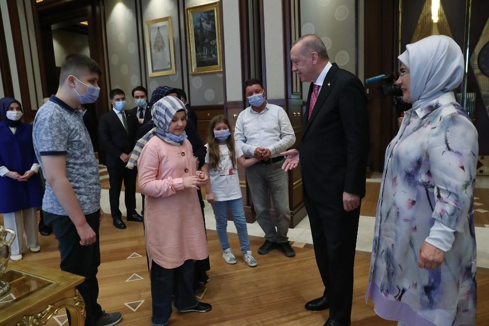 Cumhurbaşkanı Erdoğan, görme engelli hafız Ravzanur'u kabul etti