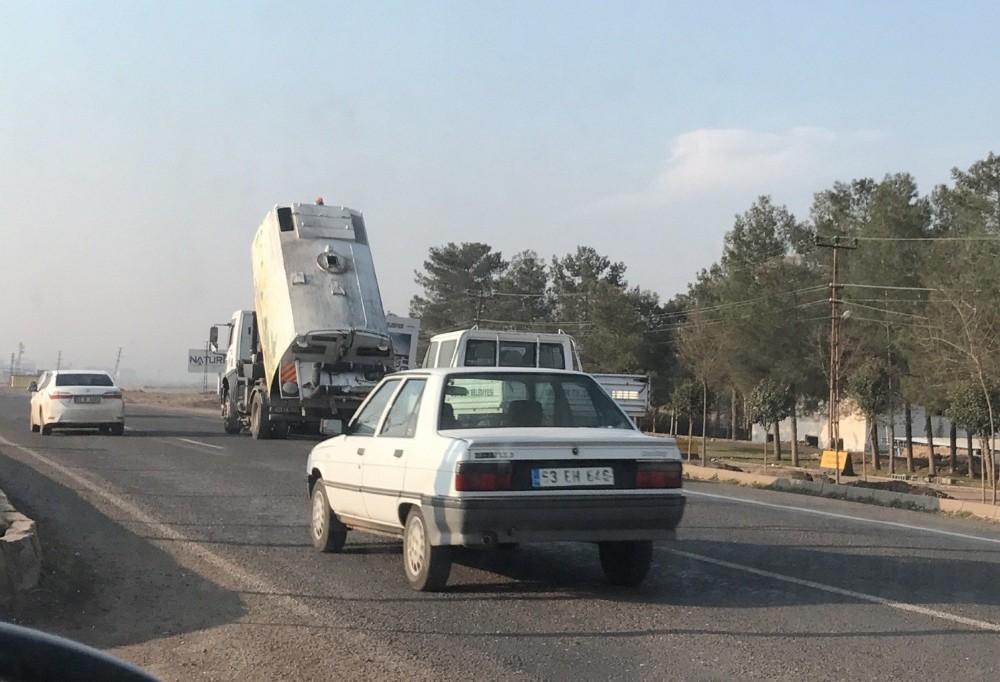 Damperi açık çöp kamyonunun tehlikeli yolculuğu