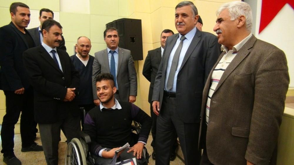Suriyeli öğrenciye akülü tekerlekli sandalye verildi