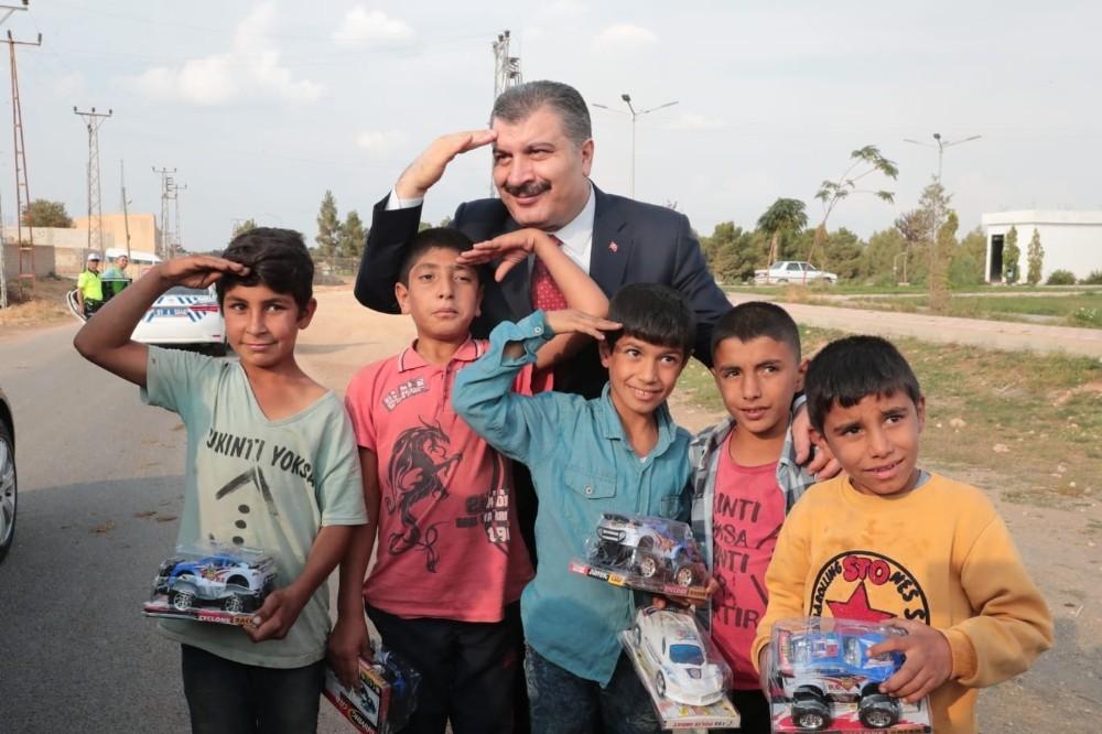 Bakan Koca çocuklarla asker selamı verdi