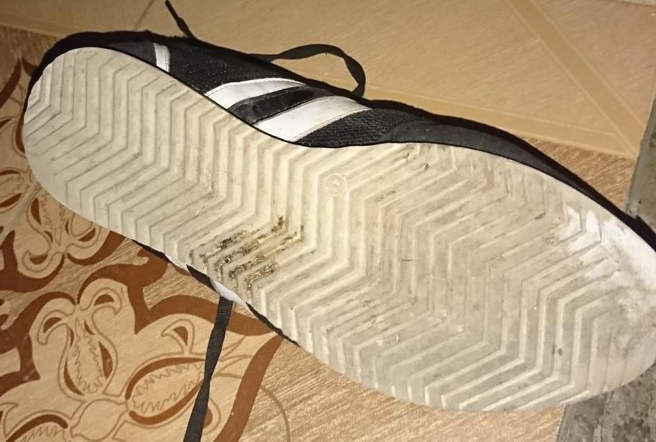 Yüzünü kapatan çocuk hırsızı, olay yerinde bıraktığı ayakkabı izi yakalattı