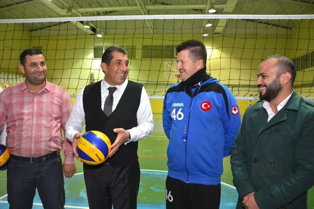 Belediye Başkanı Menderes Atilla, gençlerle voleybol oynadı