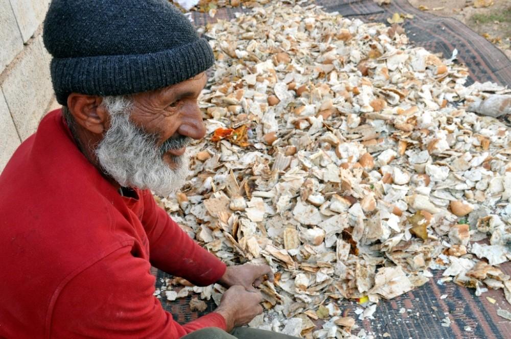 (ÖZEL)Suriyeli mülteci çöpten topladığı ekmekten para kazanıyor