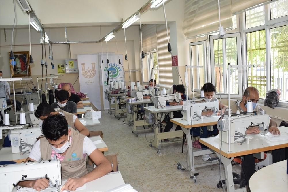 Şanlıurfa'da gönüllü olarak 100 bin maske ürettiler