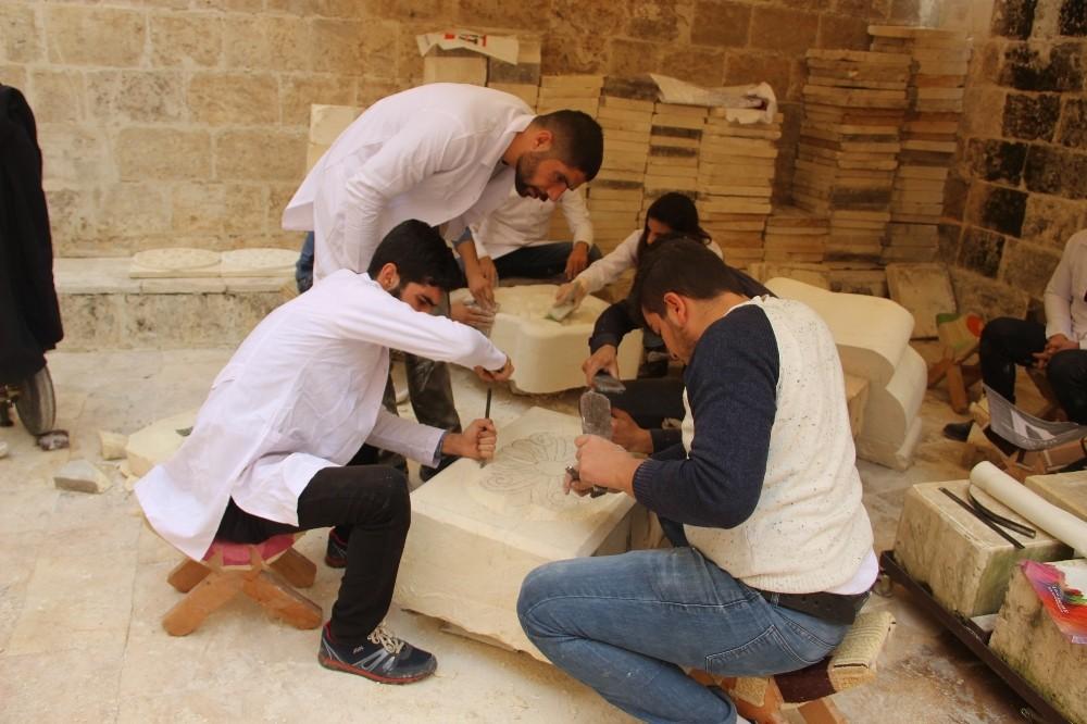 Osmanlı dönemine ait Urfa mimarisi taşlara işleniyor
