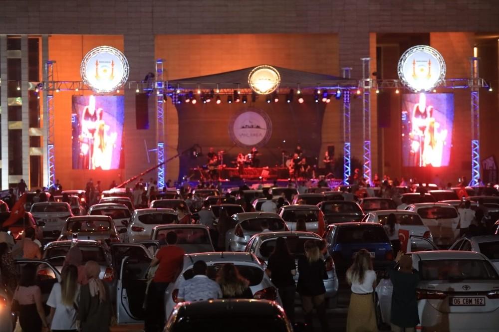 Şanlıurfa'da otomobilde açık hava konseri