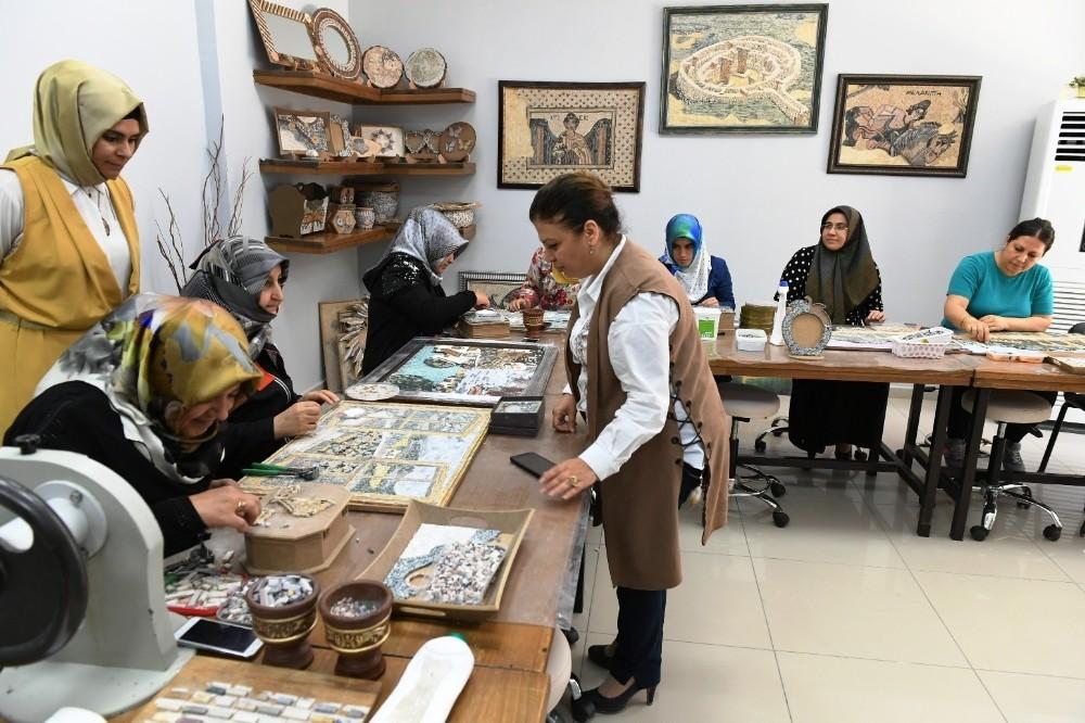 Mozaikler kadınların ellerinde şekil alıyor