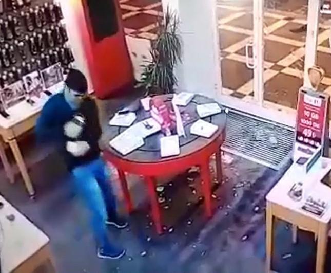 (Özel Haber) 25 saniyede 13 bin lira değerindeki telefonları alarak kaçtı