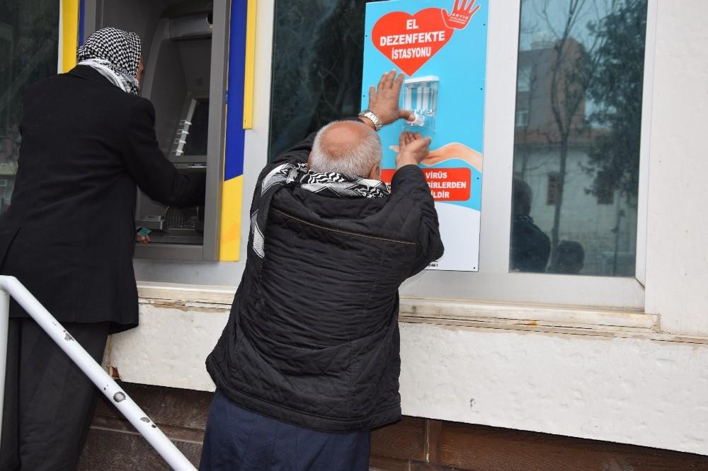 Viranşehir'de bankaların önüne dezenfekte istasyonu