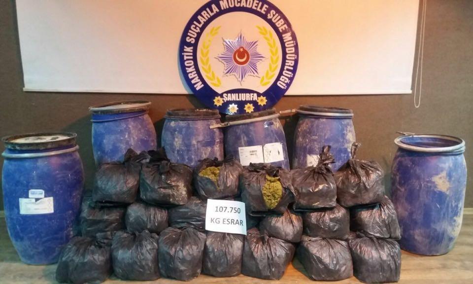 Şanlıurfa'da toprağa gömülü 108 kilo esrar ele geçirildi