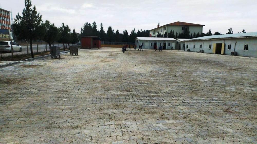 Akçakale Belediyesi okul bahçesine kilitli parke taşı döşedi