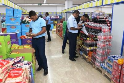 Akçakale Belediyesi Zabıta ekipleri marketleri denetledi.