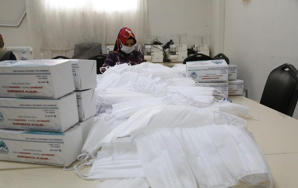Eyyübiye Belediyesi maske üretimini seri bir şekilde sürdürüyor