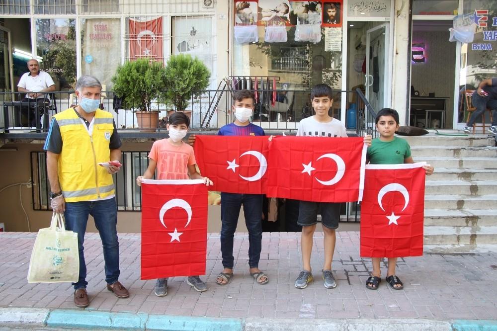 Gaziler Günü'nde vatandaşlara bayrak dağıtıldı