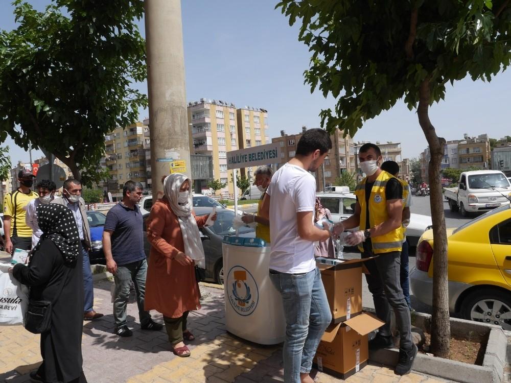 Haliliye'de vatandaşlara kandil simidi dağıtıldı