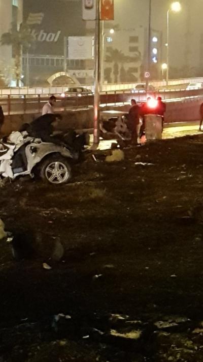 Direksiyon hakimiyetini kaybeden araç kaza yaptı.