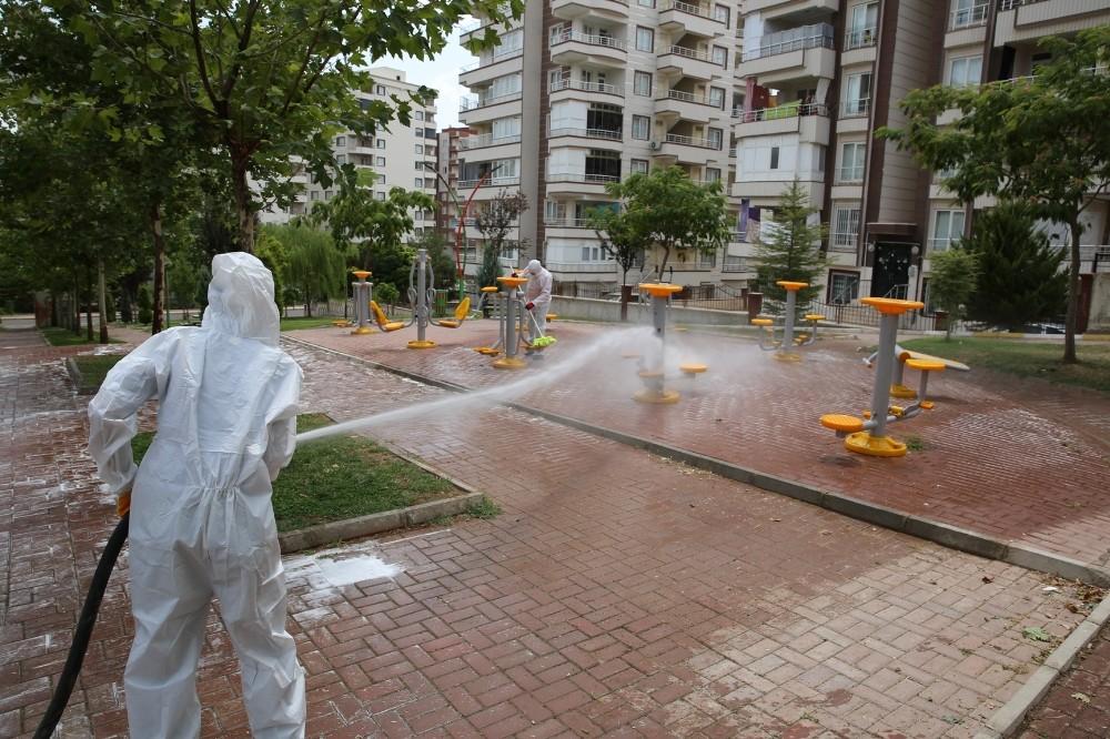 Karaköprü'de parklar bayram için dezenfekte edildi