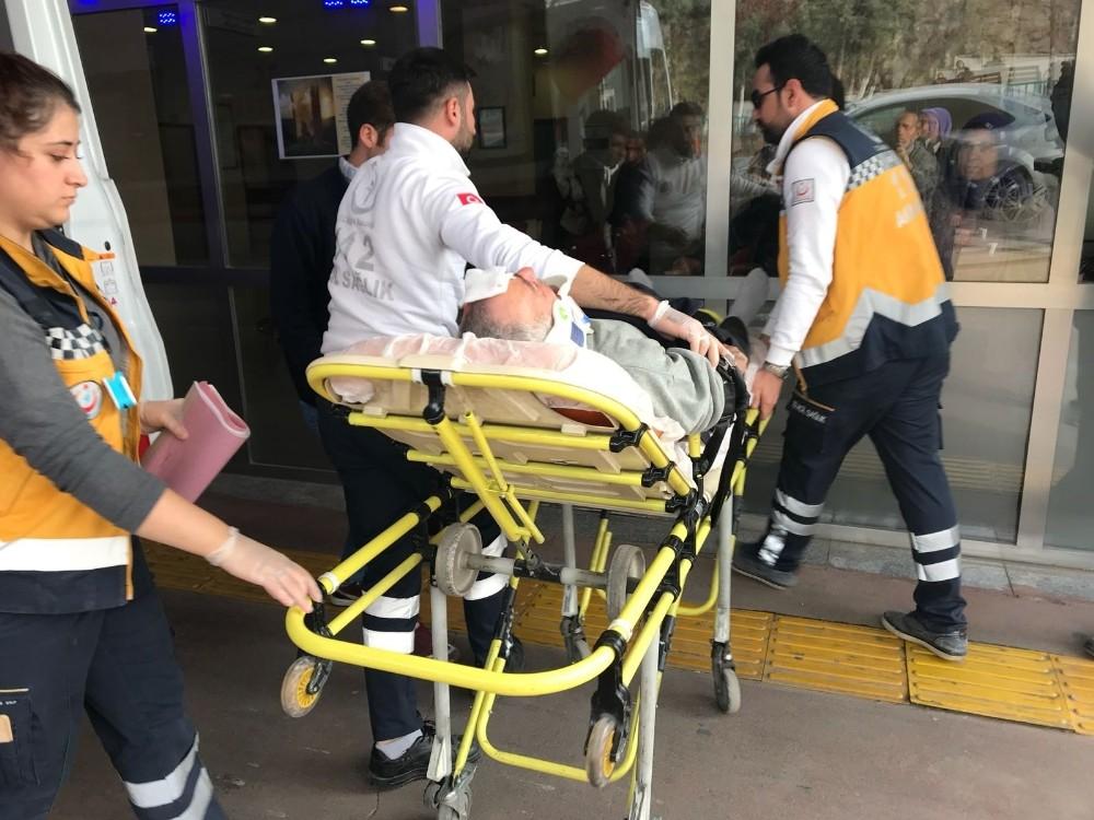 Otomobil hafriyat kamyonuna çarptı: 3 yaralı