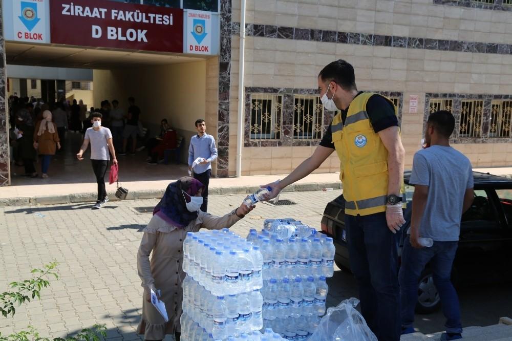 Sınava giren öğrencilere su dağıtıldı