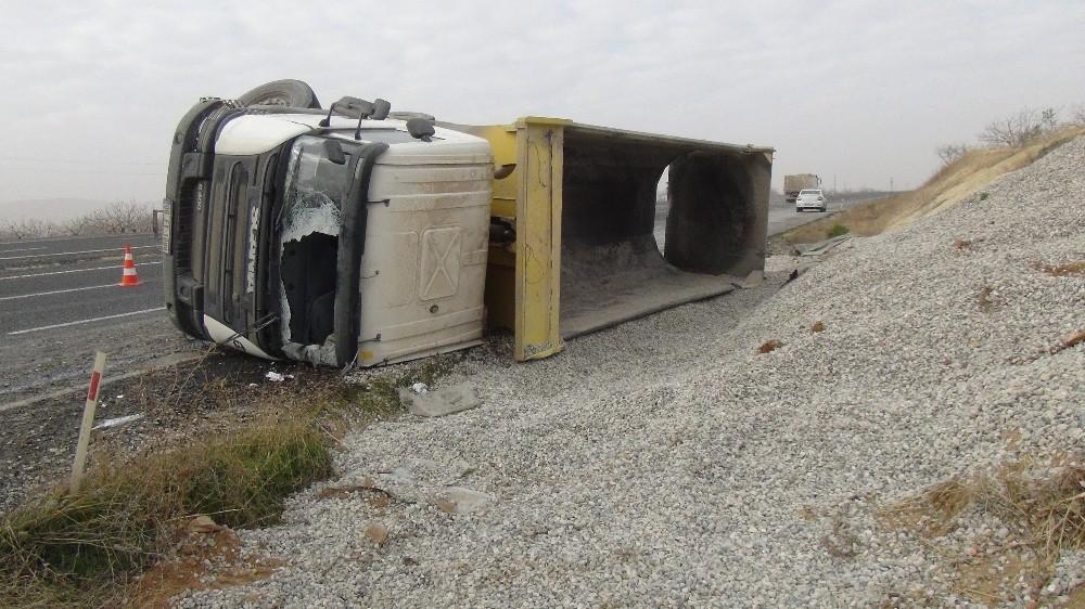 Devrilen hafriyat kamyonunun sürücüsü hayatını kaybetti