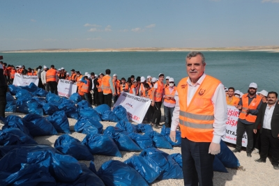 Fıat havzasındaki atıkları gönüllü gençler topladı